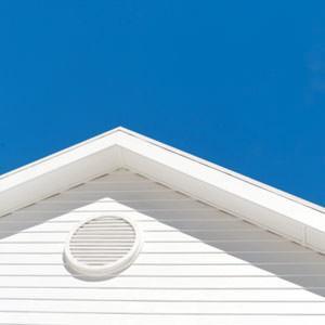 Tetto e muri bianchi di una casa