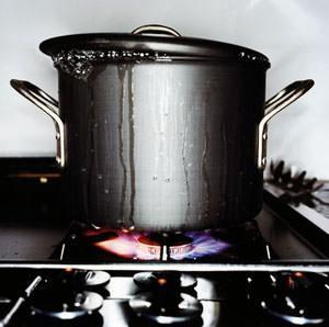 Mettere il coperchio sulle pentole quando si fa bollire l'acqua