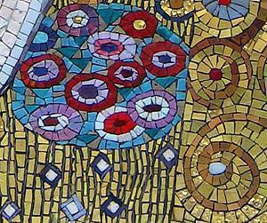Dettaglio del mosaico realizzato dallo studio arte-mosaico: bacio di Klimt