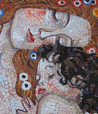 Dettaglio del mosaico realizzato dallo studio arte-mosaico: le tre età della donna