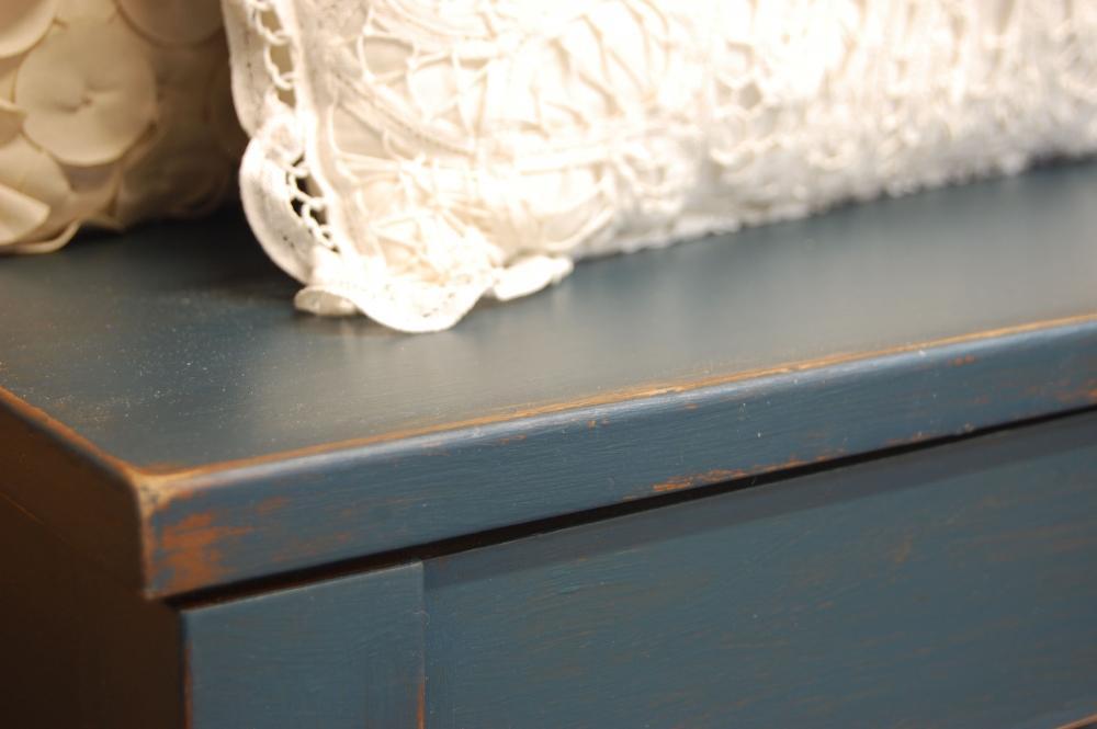 Tavolino basso usurato Shabby: particolare del bordo