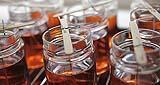 Cera liquida versata in contenitori di vetro