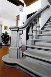 scala in pietra serena interna : La pietra serena, chiamata dal Cellini pietra color del cielo, ? un ...