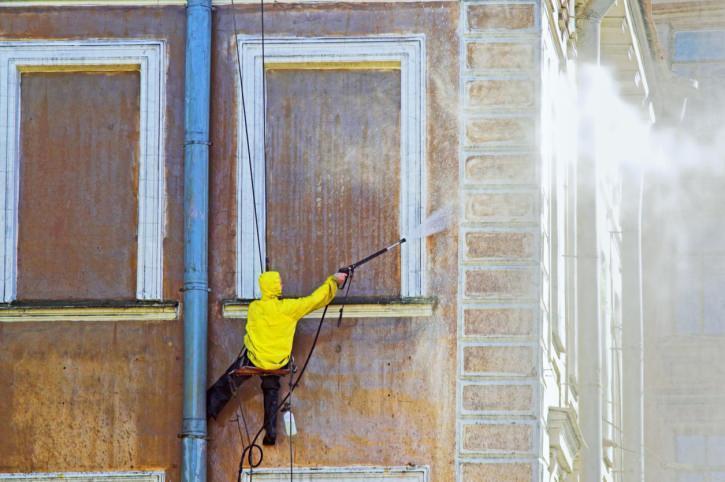 pulitura facciata edificio storico con idropulitrice