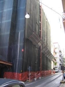 impalcatura esterna con rete di protezione e mantovana parasassi