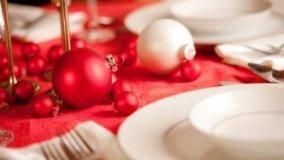 Decorare la tavola per le feste natalizie