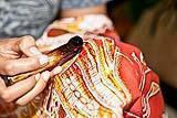 La stesura della cera su tessuto per la realizzazione del Batik