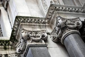 Croste nere su una facciata monumentale