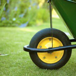carriola attrezzo fondamentale per lavori in giardino