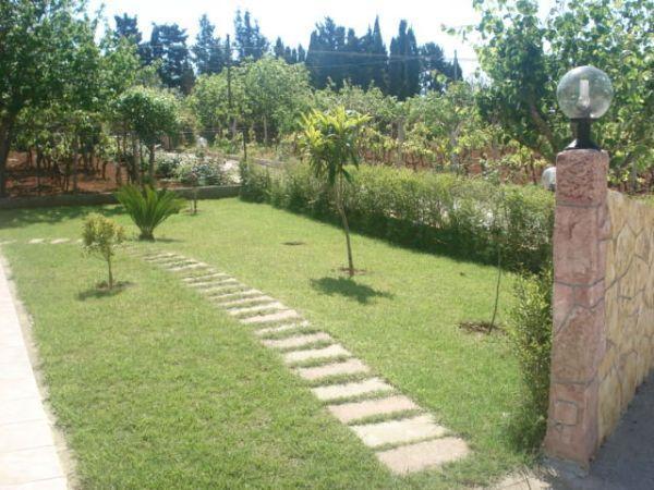 Vialetto in giardino for Cordoli per aiuole in tufo