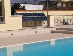 Pannelli solari che smaltiscono in piscina