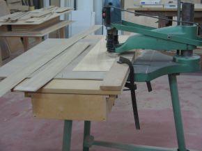 lavorazione artigianale di pannelli in legno per mobili