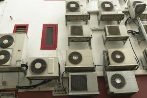 climatizzatori su prospetto edificio