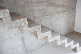 Calcestruzzo a facciavista e fili fissi pilastri for Scala in cemento armato a vista