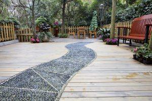 Pavimento per giardino in doghe e ciottoli