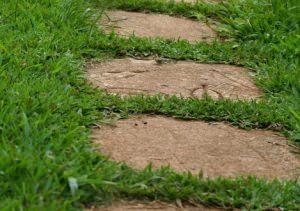 Lastre in pietra direttamente sull'erba