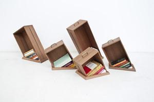 cassetti riutilizzati come libreria