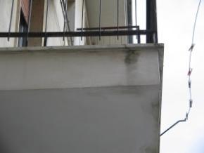 connessione difforme tra lastre in marmo e conseguente macchia di dilavamento