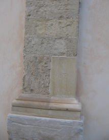 inserimento di un nuovo elemento in pietra su parasta edificio