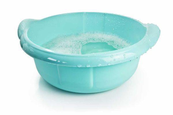 Pulizia vetri molto sporchi con acqua calda e detergente