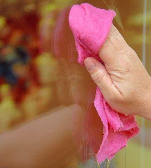 Panno per la pulizia del vetri con acqua e alcool