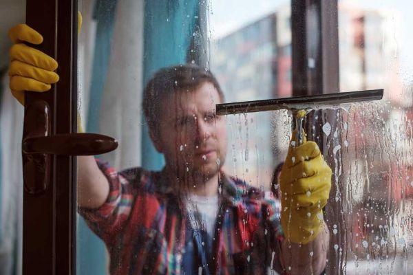 Come pulire i vetri con l'asta telescopica