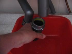 Fase di smontaggio per pulizia sifone