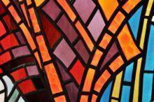 Vetrata artistica con motivi geometrici