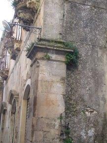 pianta infestante di tipo arboreo su cantonale in pietra