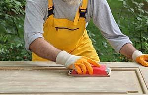 Sverniciare il legno con la carta vetrata