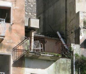 stato precario di muretti e serbatoi idrici collocati su un terrazzino