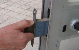 smontaggio della scatola della serratura incassata nel profilo