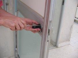 montaggio di una delle maniglie esterne