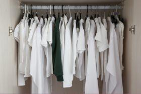 armadio con abiti