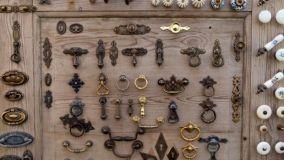 Pulizia accessori mobili antichi