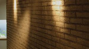 Muro in mattoni crudi