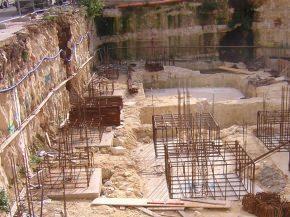 struttura di fondazione e parete rocciosa