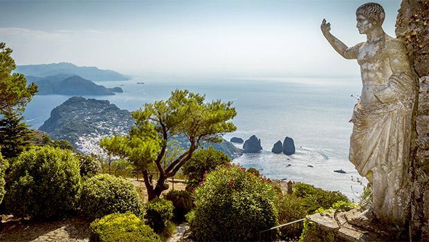 Statua di Tiberio nel famoso giardino posto sul Monte Solaro a Capri
