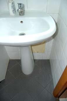 Impianti errori da evitare: una centralina di distribuzione sottostante al lavabo
