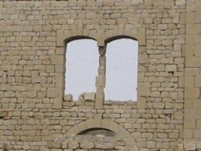 erosione di un pilastrino realizzato in conci di pietra calcarea