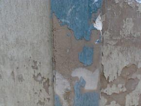 particolare erosione su superficie in cemento