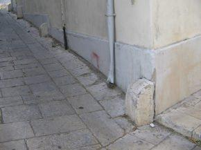 elementi paracarro in pietra posti sulla facciata