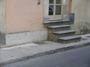 differenze di degrado evidenziate tra una facciata con zoccolatura (lato sinistro) e una priva di rivestimento (lato destro)