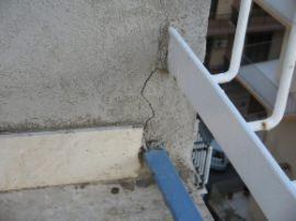 crepa in corrispondenza del punto di innesto di elementi della ringhiera nel muretto