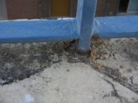 corrosione di un piantone della ringhiera su un muretto