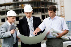 Varie figure tecniche che operano in un cantiere edile