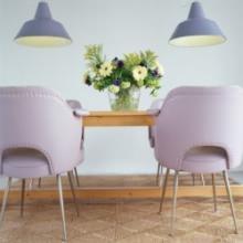 Poltroncine lilla con tavolo in legno