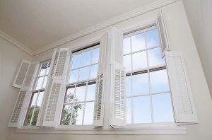 finestre con infisso in legno verniciato bianco