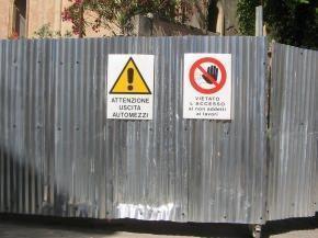 segnali di divieto di accesso e uscita automezzi