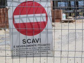 segnali di scavi in un cantiere edile